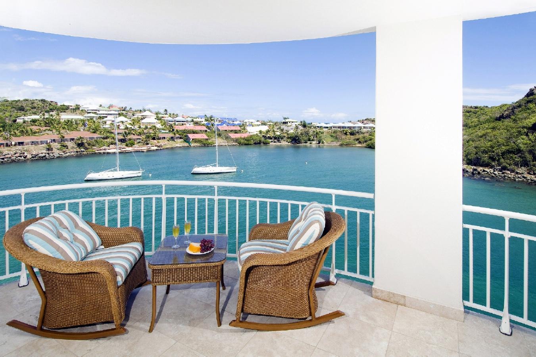 balkon rumah mewah dekat laut